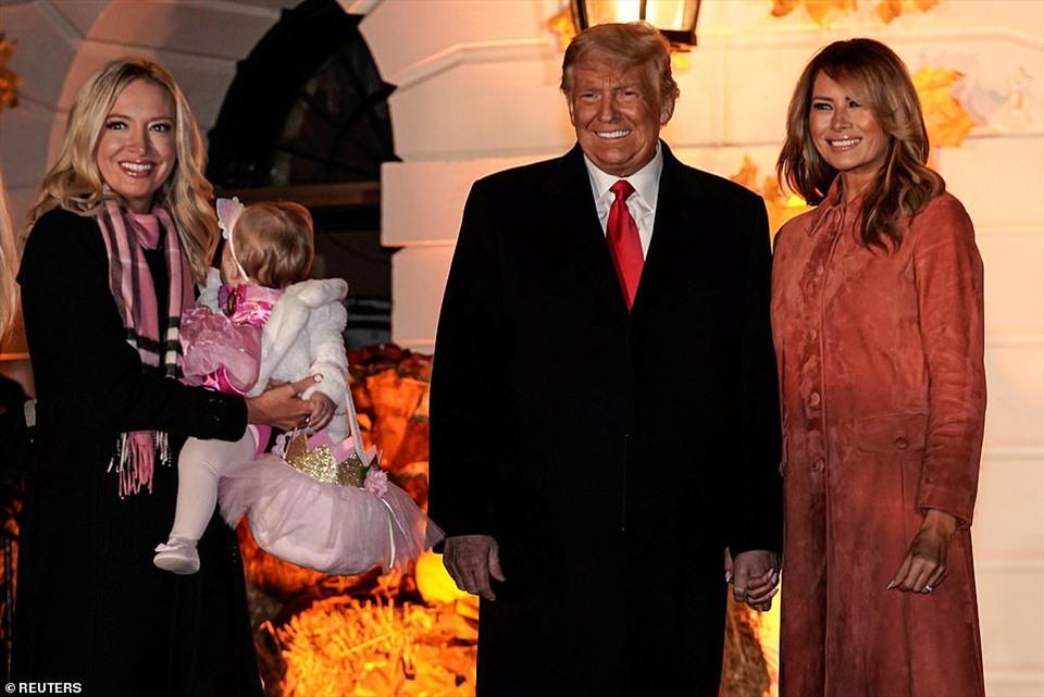 Thư ký báo chí Nhà Trắng Kayleigh McEnany đưa con gái 11 tháng tuổi tới tiệc Halloween Nhà Trắng. Con gái bà mặc đồ hóa trang hình con chuột.
