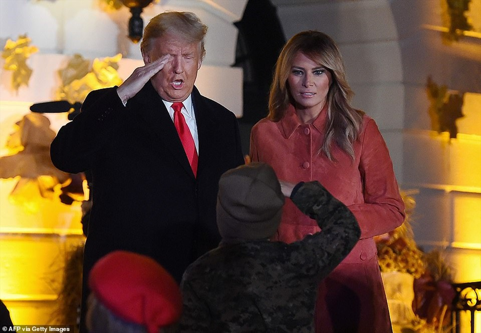Tổng thống Donald Trump chào một em bé hóa trang thành binh sĩ. Ảnh: