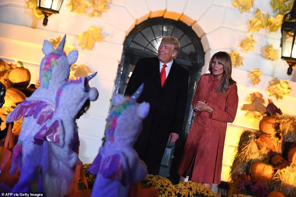 Một nhóm trẻ nhỏ hóa trang thành kỳ lân di chuyển qua trước vợ chồng Tổng thống Donald Trump. Theo Daily Mail, vợ chồng tổng thống Mỹ dành khoảng 35 phút để vẫy chào trẻ em tới dự Halloween ở Nhà Trắng.