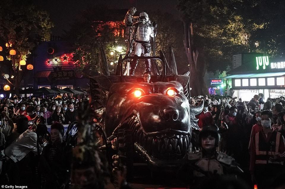 Đại dịch COVID-19 lùi xa, giới trẻ Vũ Hán nô nức đi chơi Halloween