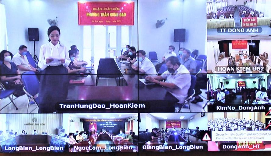 Cử tri Lê Thị Phong Lan (phường Trần Hưng Đạo, quận Hoàn Kiếm) phát biểu ý kiến