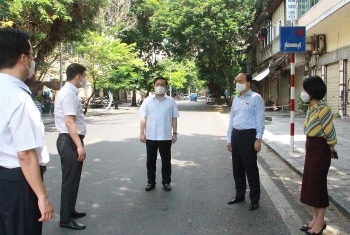 Lãnh đạo TP nghe báo cáo tại chốt phong tỏa Bệnh viện Việt Đức