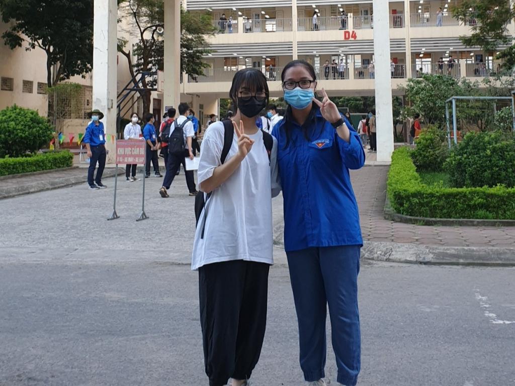 Bạn trẻ Nguyễn Thị Hương Giang (bên phải) tham gia các hoạt động tình nguyện