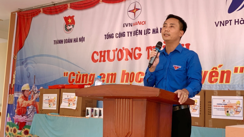 đồng chí: Nguyễn Đức Tiến, Ủy viên Ban chấp hành Trung ương Đoàn, Phó Bí thư Thường trực Thành đoàn, Chủ tịch Hội LHTN Việt Nam thành phố Hà Nội phát biểu tại chương trình