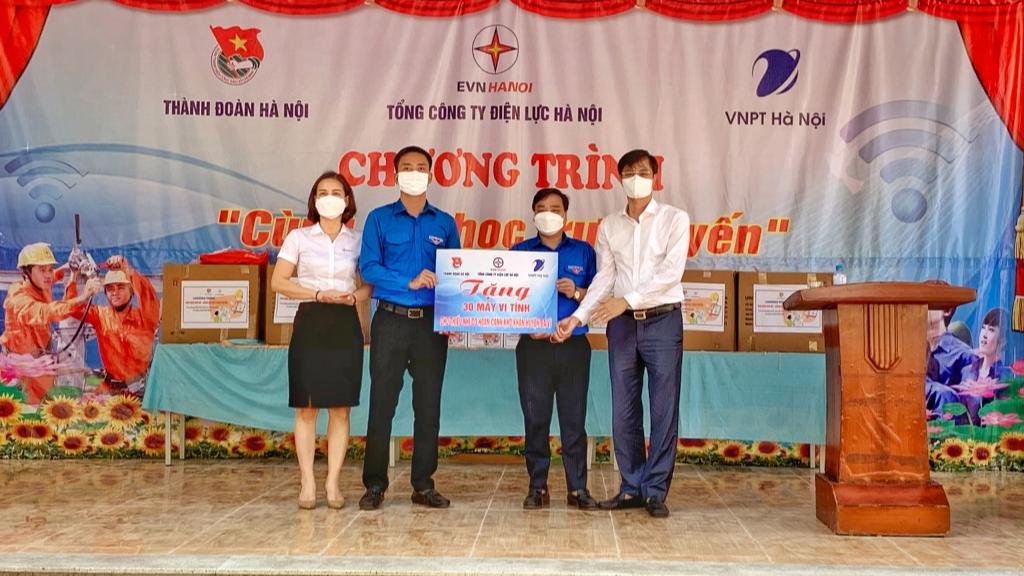 Tại chương trình 30 thiết bị điện tử được trao tặng tới thiếu nhi huyện Ba Vì