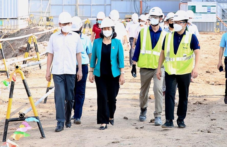 Phó Bí thư Thường trực Thành ủy Nguyễn Thị Tuyến động viên hoạt động sản xuất, kinh doanh tại công trường xây dựng dự án Tiến Bộ Plaza