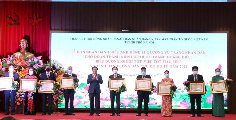 Bí thư Thành ủy Đinh Tiến Dũng trao Bằng khen của Thủ tướng Chính phủ cho các tập thể, cá nhân