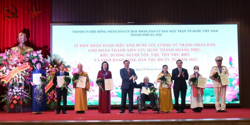 """Bí thư Thành ủy Đinh Tiến Dũng và Chủ tịch UBND TP Chu Ngọc Anh trao danh hiệu """"Công dân Thủ đô ưu tú"""" năm 2021 cho các cá nhân"""