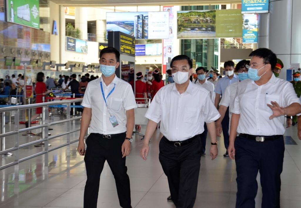 Chủ tịch UBND TP Hà Nội Chu Ngọc Anh tại buổi kiểm tra công tác phòng, chống dịch bệnh Covid-19 tại sân bay Nội Bài