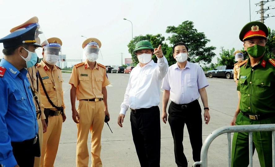 Bí thư Thành ủy Đinh Tiến Dũng và Chủ tịch UBND thành phố Chu Ngọc Anh kiểm tra chốt phòng, chống dịch tại Trạm thu phí đường cao tốc Pháp Vân - Cầu Giẽ