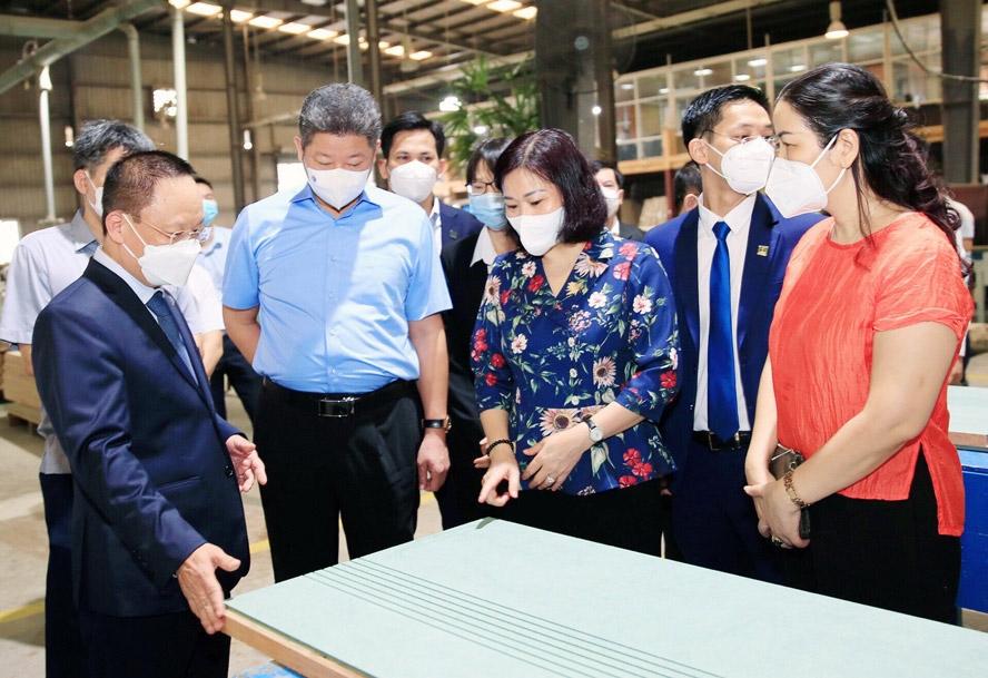 Phó Bí thư Thường trực Thành ủy Hà Nội Nguyễn Thị Tuyến thăm, động viên sản xuất và kiểm tra công tác phòng, chống dịch Covid-19 tại Công ty cổ phần Eurowindow