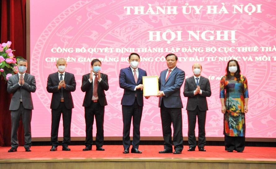 Bí thư Thành ủy Hà Nội Đinh Tiến Dũng trao Quyết định thành lập Đảng bộ Cục Thuế thành phố Hà Nội là đảng bộ cấp trên cơ sở trực thuộc Thành ủy