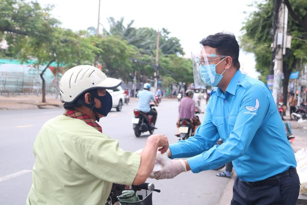 Anh Phan Lê Huy Hoàng phát cơm tình nguyện tới người dân