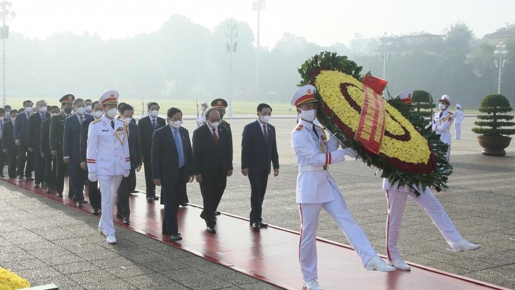 Đại biểu Quốc hội vào Lăng viếng Chủ tịch Hồ Chí Minh và tưởng niệm đồng bào mất vì Covid-19