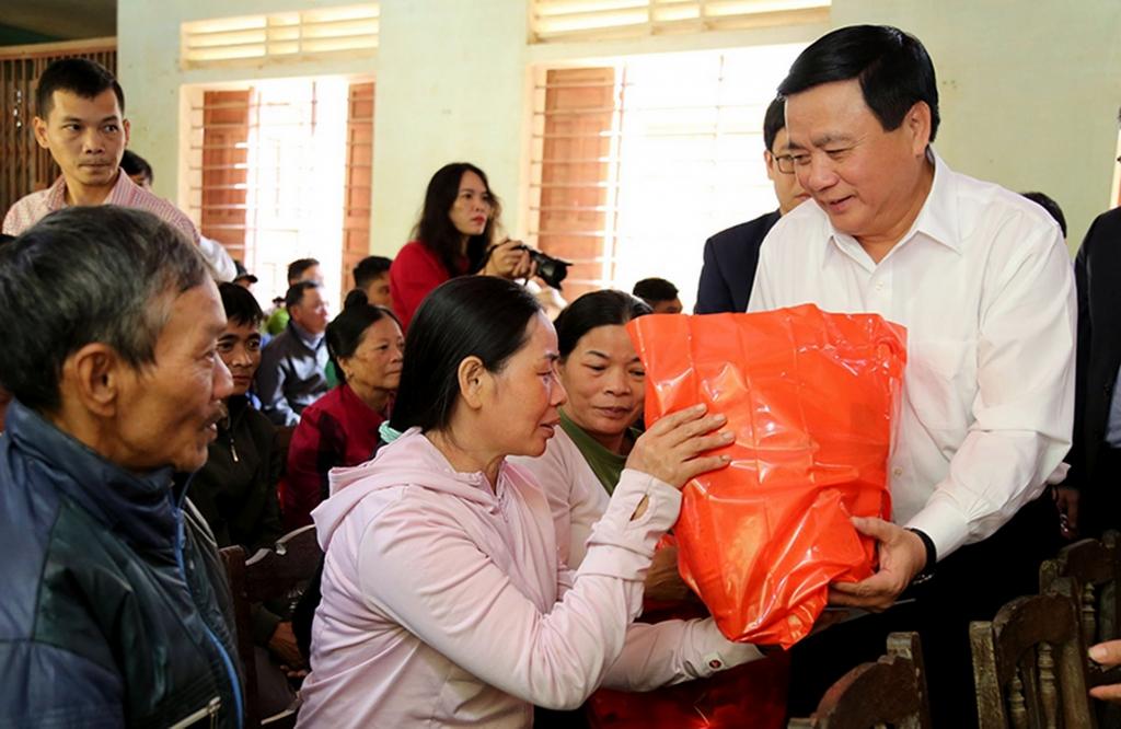 đồng chí Nguyễn Xuân Thắng, Bí thư Trung ương Đảng, Giám đốc Học viện Chính trị quốc gia Hồ Chí Minh thăm hỏi và tặng quà đồng bào miền Trung