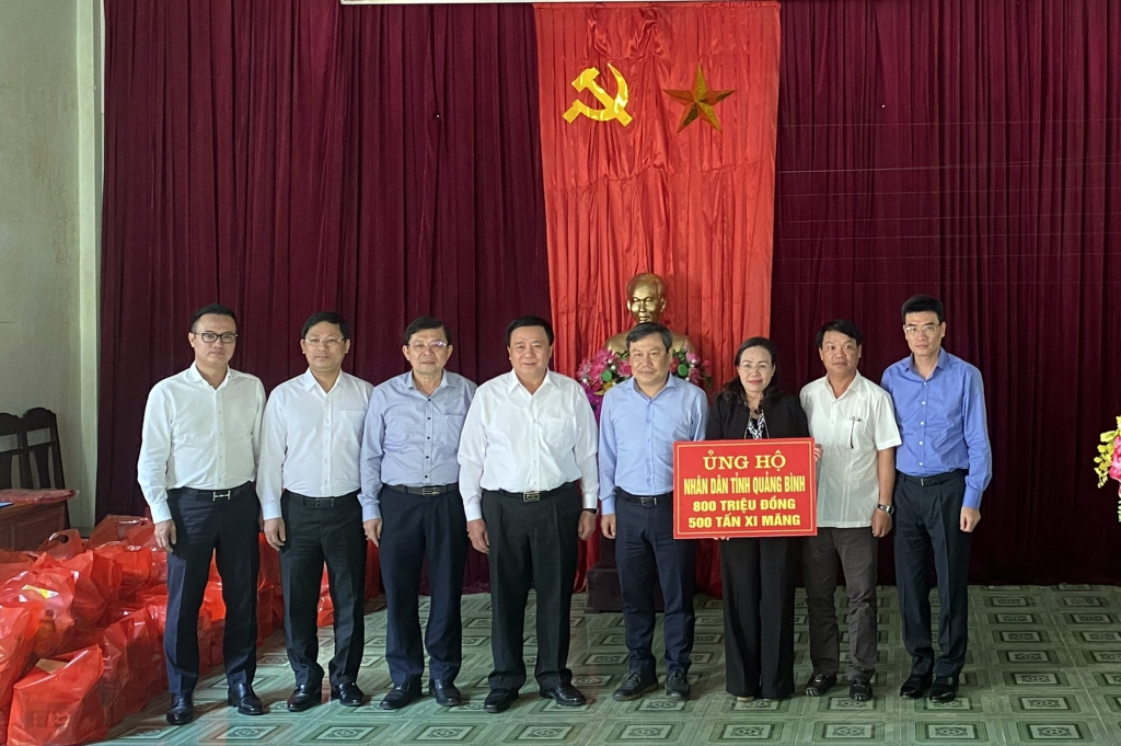 Đoàn công tác ủng hộ nhân dân Quảng Bình khắc phục hậu quả thiên tai