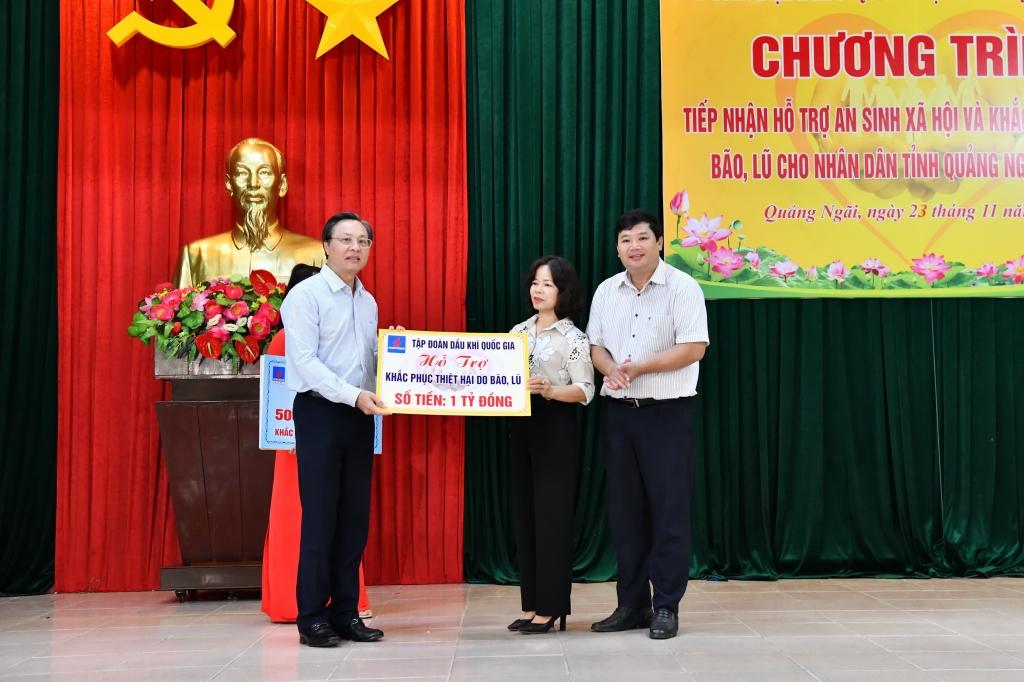Ủy viên Ban Thường vụ Đảng ủy PVN, Tổng Giám đốc BSR Bùi Minh Tiến đại diện PVN trao biển tượng trưng hỗ trợ 1 tỷ đồng