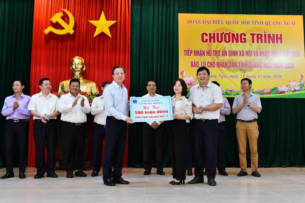 Tổng Giám đốc BSR Bùi Minh Tiến trao biển tượng trưng hỗ trợ 500 triệu đồng
