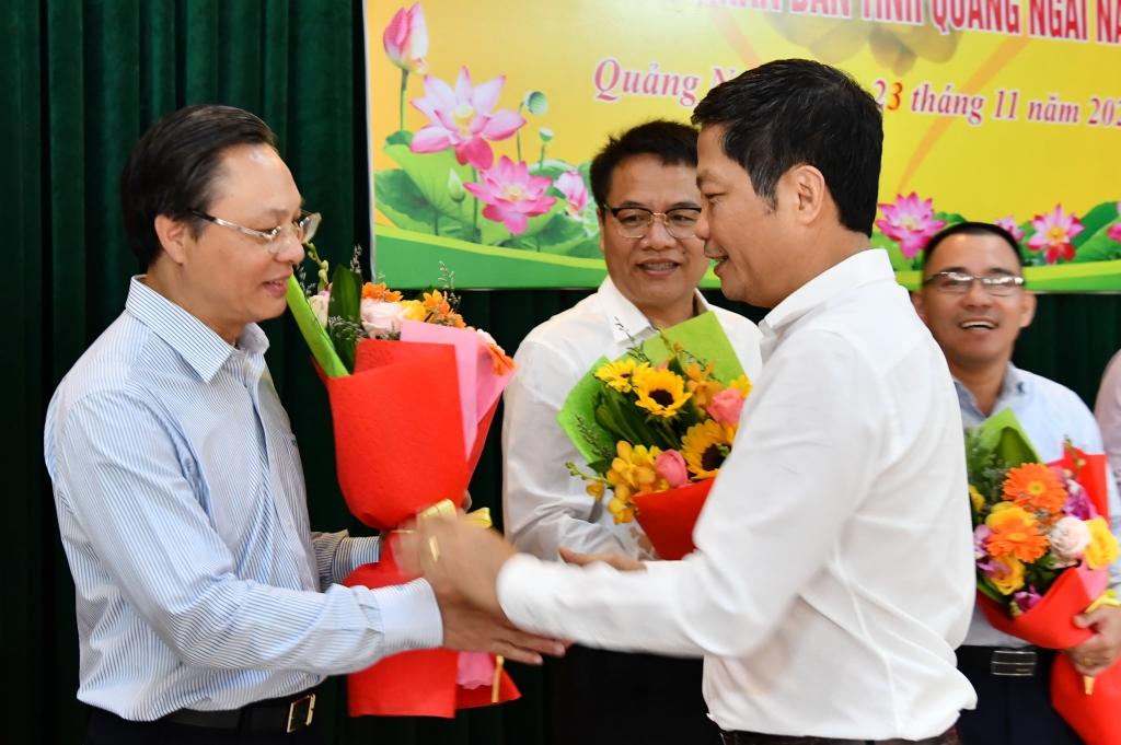 Hình 3: Bộ trưởng Bộ Công Thương Trần Tuấn Anh tặng hoa cảm ơn các đơn vị, doanh nghiệp hỗ trợ tỉnh Quảng Ngãi khắc phục hậu quả thiên tai.