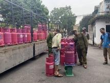 Tạm giữ hơn 200 bình gas nhãn hiệu Petro Vietnam ở Bắc Giang