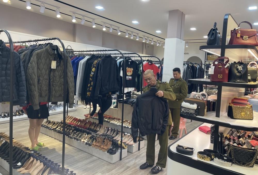 Cửa hàng kinh doanh đồ thời trang nhập lậu ở Quảng Ninh