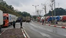 Hàng trăm xe nông sản vẫn chờ thông quan sang Trung Quốc