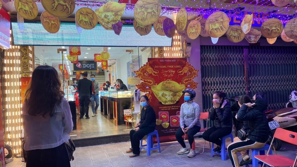 Người dân ngồi giãn cách phòng Covid-19, chờ mua vàng ngày vía Thần Tài