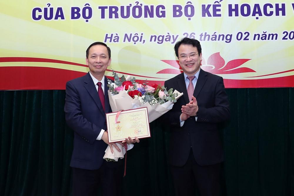 Bộ Kế hoạch và Đầu tư trao tặng Kỷ niệm chương cho Phó Thống đốc Đào Minh Tú