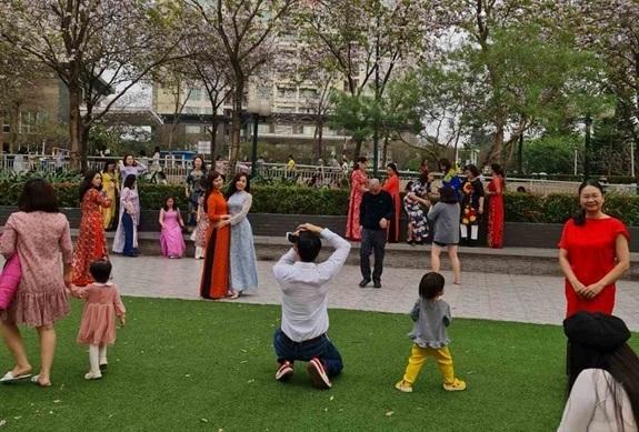 Hàng nghìn người vô tư chụp ảnh tại KĐT Nam Thăng Long bất chấp quy định phòng chống COVID-19