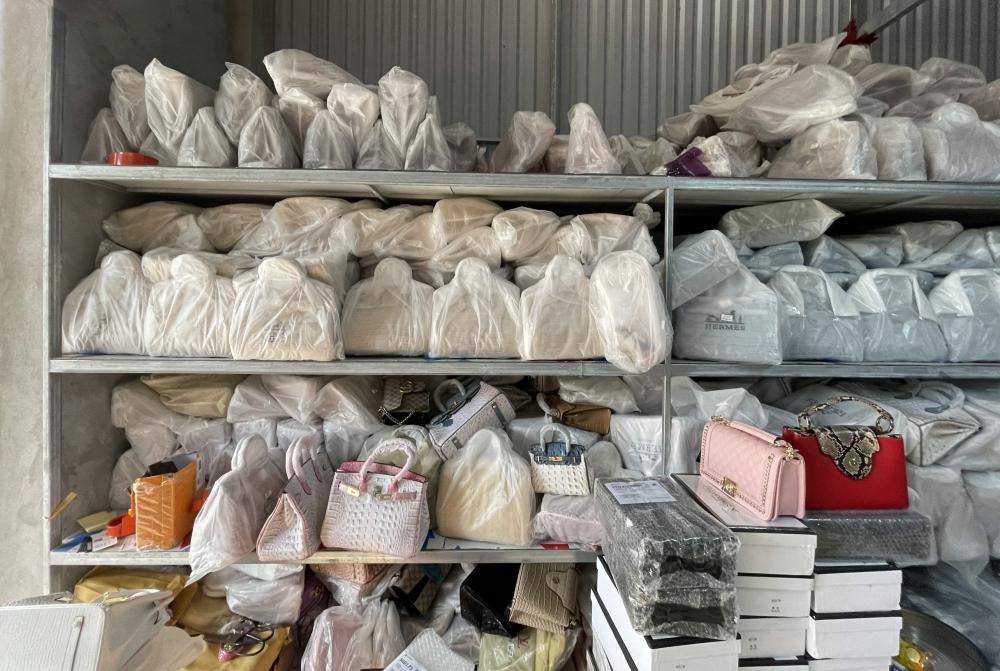 Triệt phá kho hàng giả thương hiệu Hermès lớn nhất miền Bắc