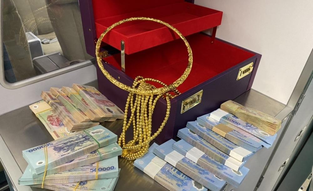 Hành khách bỏ quên hơn 300 triệu đồng và vòng vàng trên máy bay