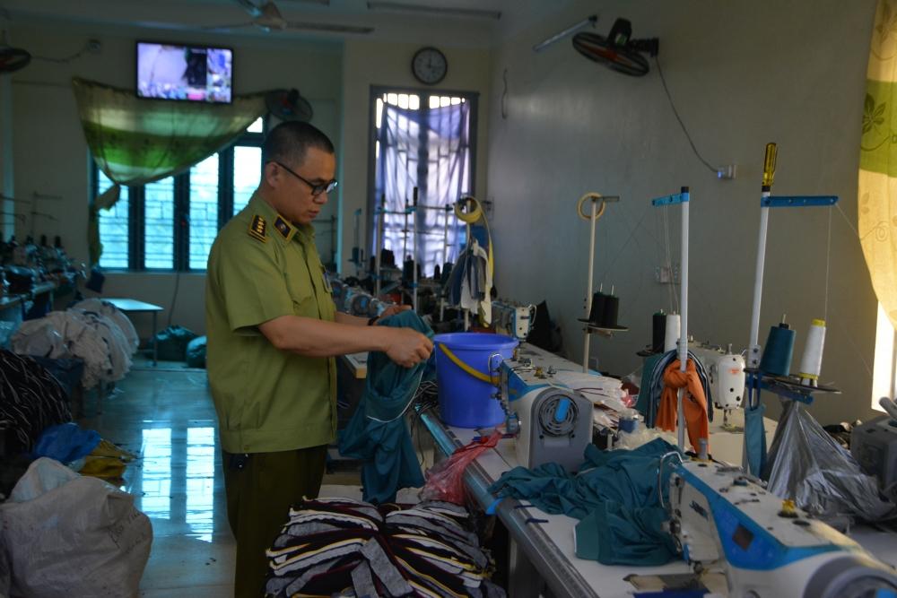 Phát hiện cơ sở sản xuất quần áo giả mạo nhãn hiệu nổi tiếng ở Hưng Yên