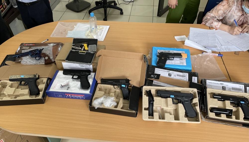 Hà Nội: Phát hiện lô hàng chuyển phát nhanh chứa sản phẩm hình dạng súng