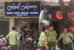 Hàng loạt cửa hàng ở phố cổ Hà Nội bị phạt vì bán đồ giả hàng hiệu