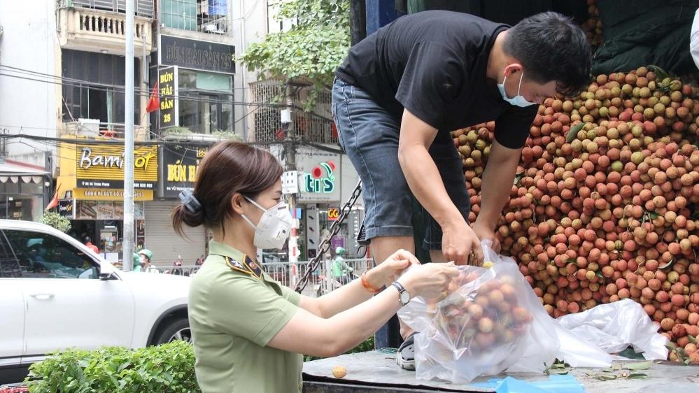 Quản lý thị trường Hà Nội kết nối, tiêu thụ giúp Bắc Giang 27 tấn vải thiều