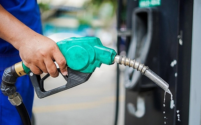 Xả mạnh Quỹ bình ổn, giá xăng dầu vẫn tăng cao
