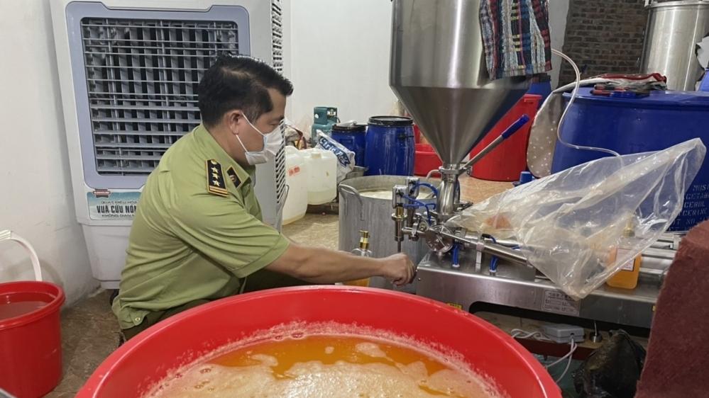 Hà Nội: Lật tẩy xưởng sản xuất mỹ phẩm, nước hoa giả nhãn hiệu nổi tiếng