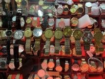 Hàng chục chiếc đồng hồ giả ROLEX, LONGINES bị thu giữ