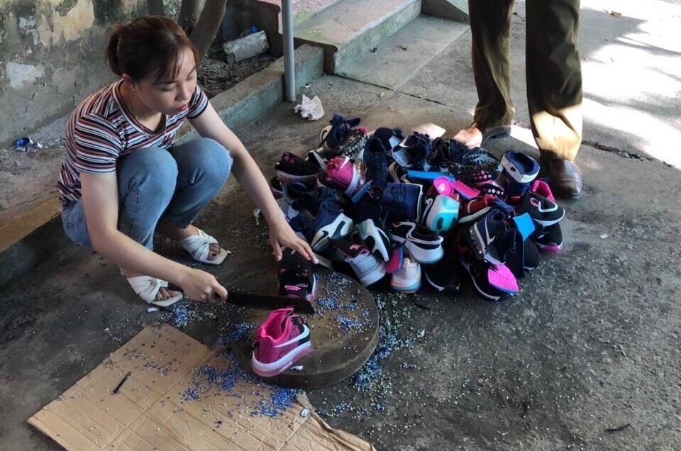 Hưng Yên: Đình chỉ hoạt động cửa hàng bán giày, dép giả mạo nhãn hiệu Nike