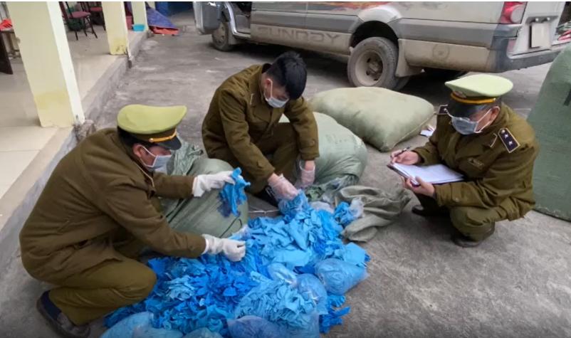 Mua gom hơn 33.000 chiếc găng tay cao su đã qua sử dụng về bán lại