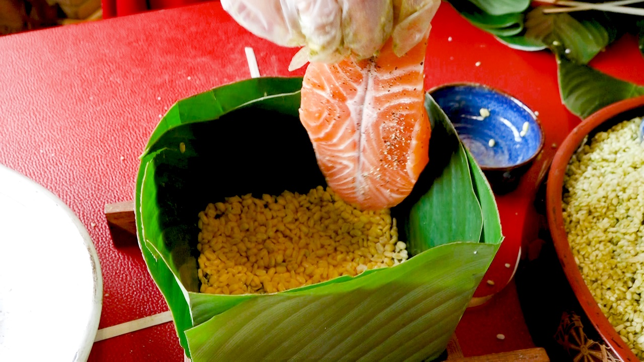 Bánh chưng nhân cá hồi Na Uy giá gần 600 ngàn/cặp, đắt khách ngày cận Tết