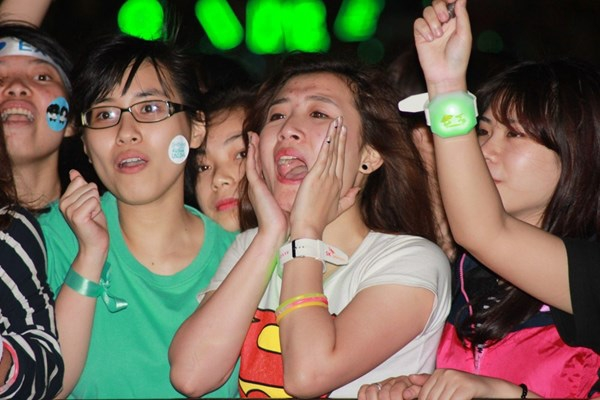fan kpop gao thet bat khoc khi gap than tuong tai ha noi
