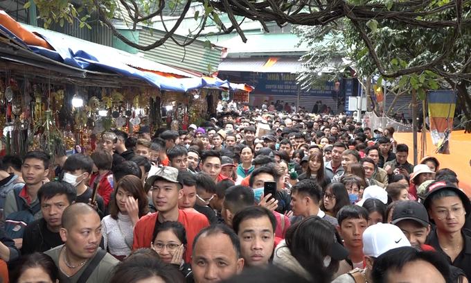 xep hang hai tieng vao le chua huong