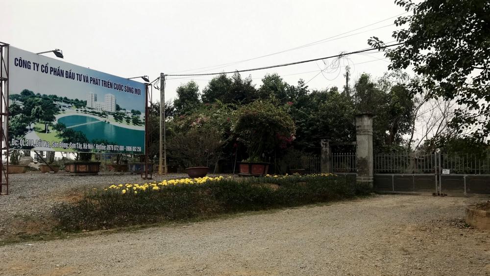 Phía bên ngoài công trình đã được gắn biển Công ty CP Đầu tư phát triển Cuộc Sống Mới