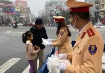 CSGT Hà Nội phát khẩu trang tận tay người dân