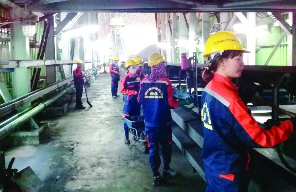 Nhóm công nhân đang làm việc tại Nhà máy Nhiệt điện Thái Bình