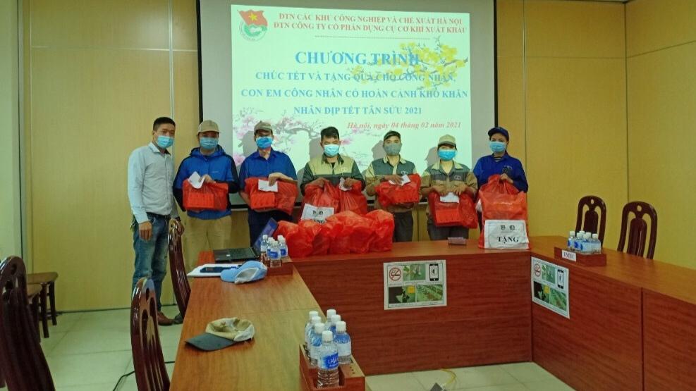 Nhiều phần quà được trao tặng đến thanh niên công nhân trong dịp Tết Nguyên đán Tân Sửu