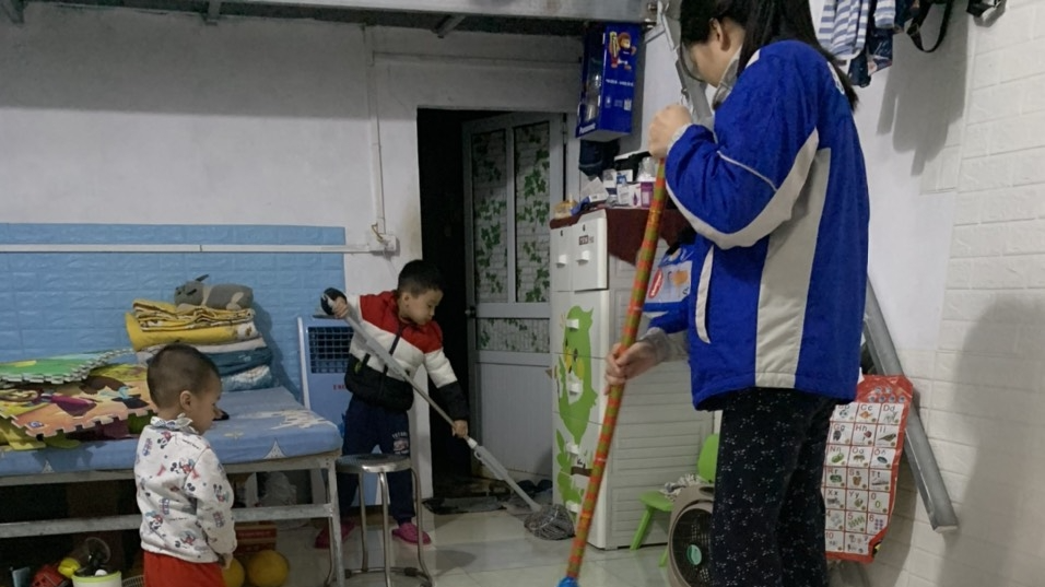 Gia đình anh Lê Tất Duẩn cùng dọn nhà đón Tết