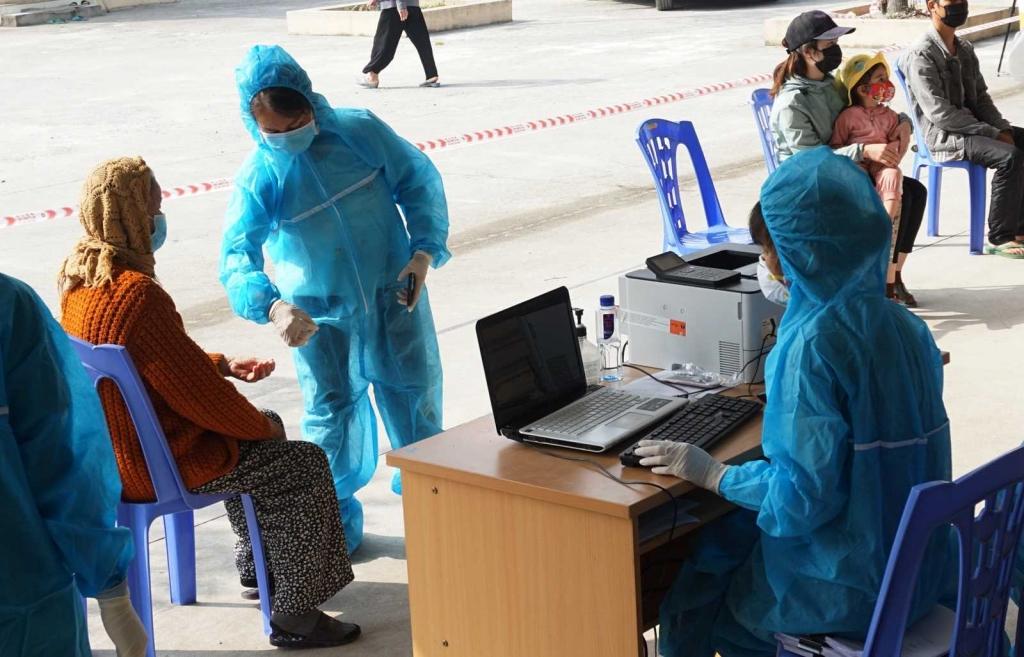 Sau khi có kết quả xét nghiệm âm tính, địa phương cho phép người dân về tiếp tục cách ly 14 ngày tại nhà và phải thực hiện theo dõi y tế.