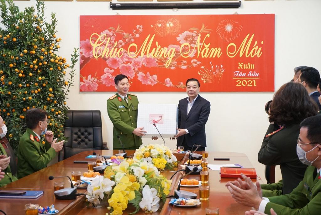 Chủ tịch UBND TP Hà Nội Chu Ngọc Anh tặng quà cán bộ, chiến sỹ Phòng Cảnh sát hình sự Công an TP